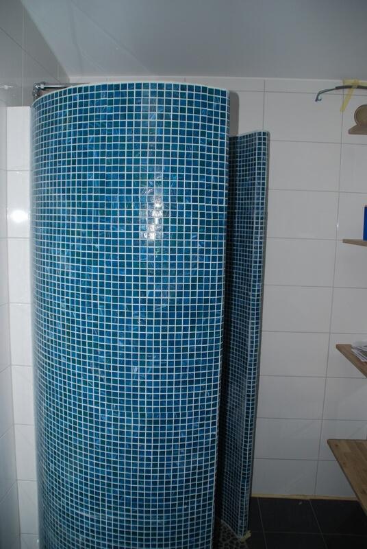 Badrumsrenovering dusch mosaik vägg