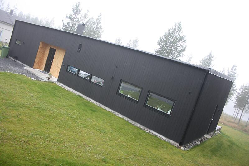 Nyproduktion svart villa framsida - Creativ Bygg