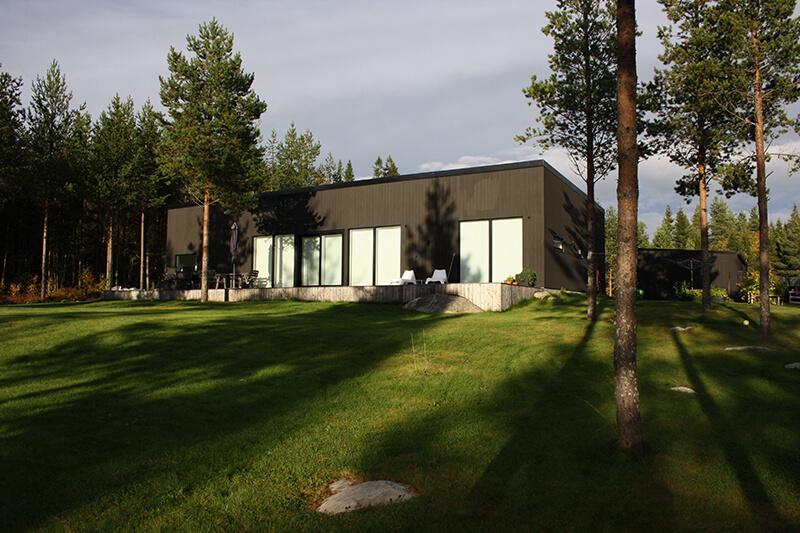 Nyproduktion svart villa bakgård - Creativ Bygg